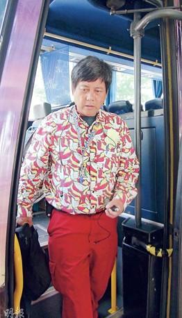 驾迪斯尼穿梭巴撞及前车的司机,事后向车上乘客承认打瞌睡导致车祸。来源 香港《明报》