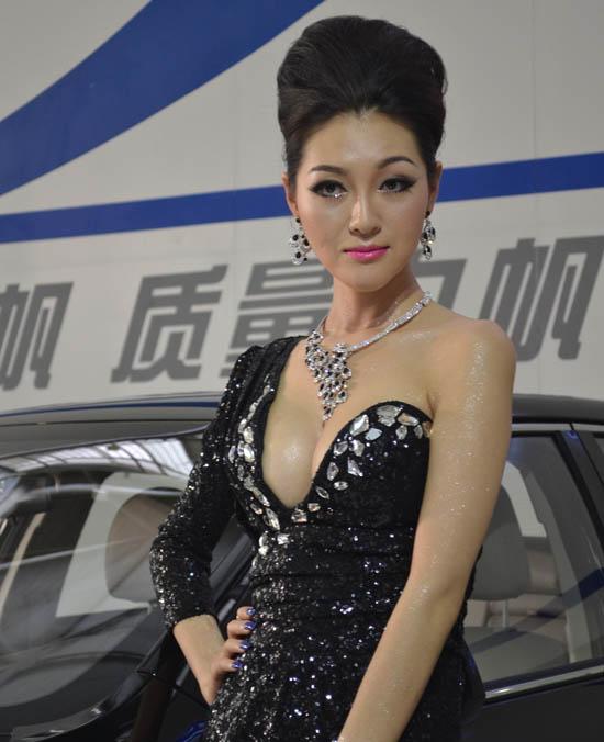昆明车展模特_2013昆明车展 车模爆乳露底上演大尺度图-搜狐汽车