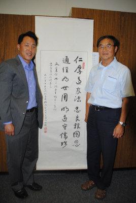 哈冈学区威尔森高中首位华裔校长张忠直(左)一直恪守先辈张之洞家训。图右为教委张金生。(记者启铬/摄影)