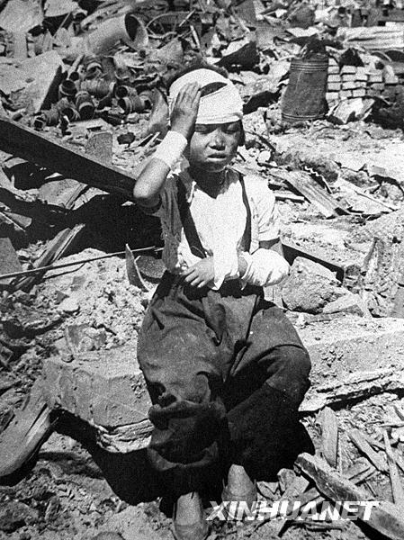 """1950年6月25日,朝鲜战争爆发。27日,美国正式参战。9月15日,7.5万名""""联合国军""""在朝鲜半岛西海岸仁川港登陆,开始大举北犯。与此同时,美国飞机多次轰炸和扫射中国东北地区,严重威胁中国的安全。为了捍卫世界和平,保家卫国,中国人民志愿军于10月25日赴朝,与朝鲜人民军并肩作战。在朝中人民的沉重打击下,1951年7月10日,美国政府被迫同意在开城举行停战谈判,并于1953年7月27日在停战协定上签字。图为在朝鲜战争中受伤的朝鲜儿童。新华社发这是1950年10月拍摄的朝鲜新义州的浓烟烈火。 新华社发1950年9月5日被美军飞机炸成废墟的朝鲜平壤市的一个住宅区。 新华社发 1950年6月17日,美国国务卿杜勒斯到三八线策划侵朝战争。图中左起:杜勒斯、韩国李承晚政府国防部长申性模、美国军事顾问团准将罗勃特、韩国李承晚政府陆军参谋长丁一权。新华社发三位美国老兵谈朝鲜战争"""