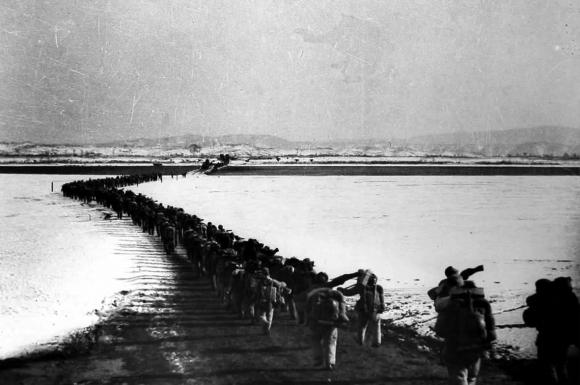 1950年10月19日中国人民志愿军第一批入朝部队跨过鸭绿江正式入朝参战。(资料图)