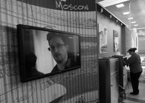 截至29日,斯诺登已被困莫斯科机场一周。图为机场一角,电视屏幕正滚动播出有关斯诺登的新闻。