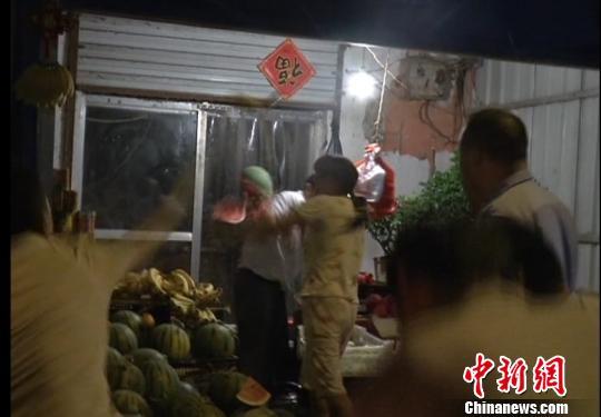 店老板遭到西瓜、桃子等水果袭击(视频截图) 朱志庚 摄