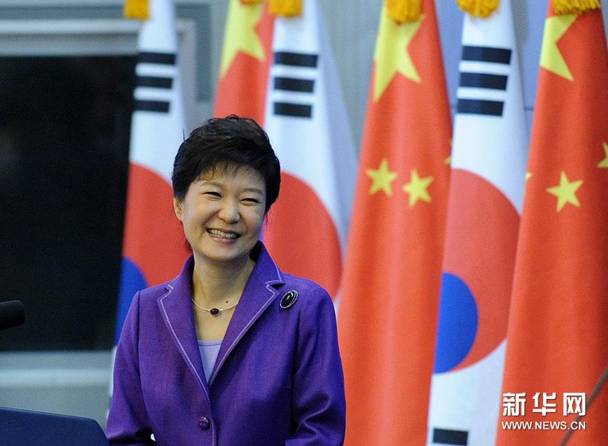 6月29日,韩国总统朴槿惠在清华大学发表演讲。她首先用中文问候在场的嘉宾和学生,并表示,今天很高兴来到清华大学。新华网 陈竞超