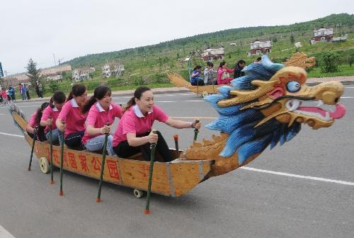 旱地龙舟赛妙趣横生 参赛选手在比赛中