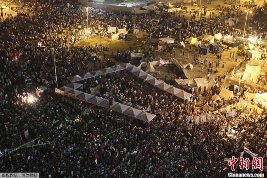 当地时间6月28日,埃及总统穆尔西的支持者和反对者在埃及北部多座城市爆发冲突。据埃及卫生部的数据显示,冲突已造成2人死亡、139人受伤。图为穆尔西反对者在开罗解放广场集会抗议。