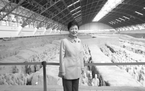 图片说明:朴槿惠30日在西安参观秦陵兵马俑。