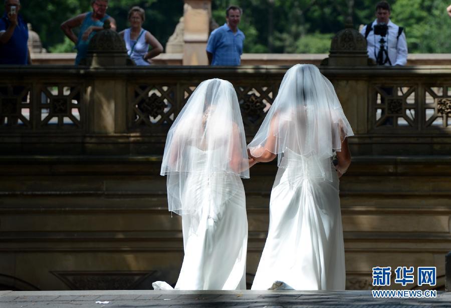 中国女同性恋网站介绍_6月28日,在美国纽约中央公园,一对身着婚纱的女同性恋者相互亲吻.