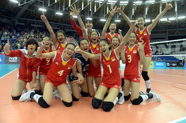 2013女排世青赛中国夺冠 队员幸福合影 高清图片