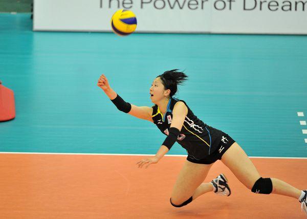 2013女排世青赛中国夺冠 日本队员扣球 高清图片