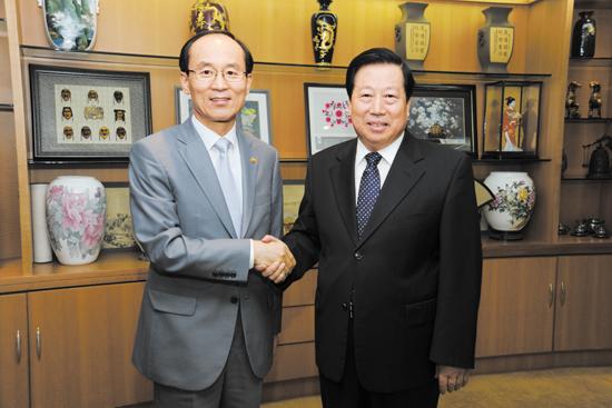 6月28日,环境保护部部长周生贤在京会见了韩国环境部部长尹成奎,双方就共同