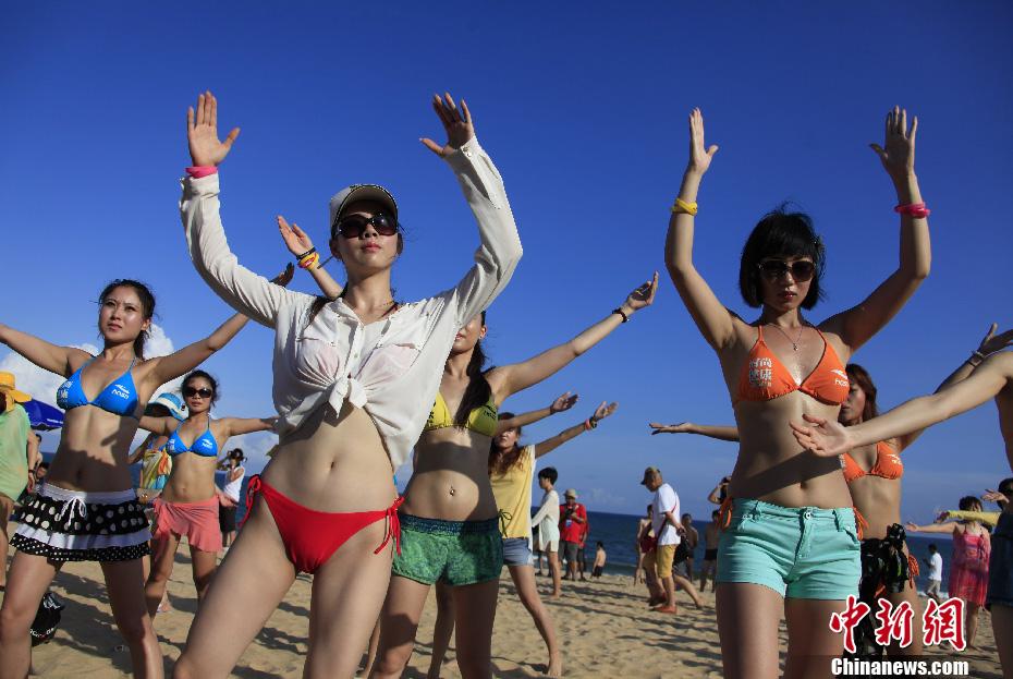 比基尼 三亚/6月30日,一场时尚健康节千人比基尼派对在海南三亚海棠湾举行...