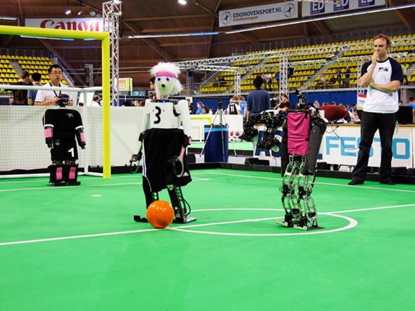 器人足球世界杯在荷兰的埃因霍温打响.这次机器人世界杯吸引了来