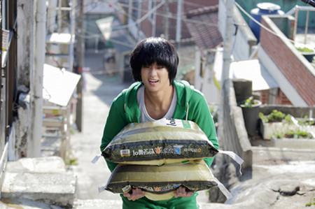 《隐秘而伟大》是一部为了金秀贤、因为金秀贤而拍摄的属于金秀贤的电影