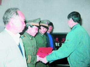张远波(左二)当年接受表彰。