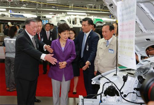 朴槿惠总统参观北京现代总装车间