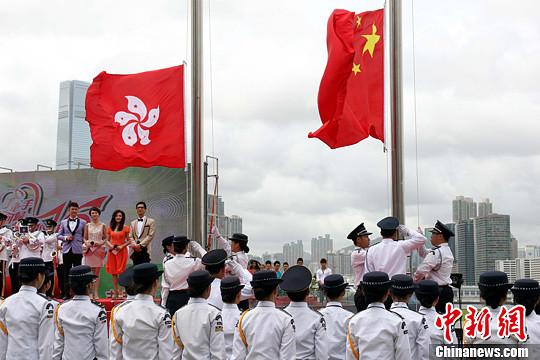 7月1日,香港各界庆典委员会在添马公园举行大型嘉年华会,庆祝香港回归祖国16周年。内容包括升旗仪式、摊位游戏、歌舞表演、各地民乐演奏等。中新社发 洪少葵 摄
