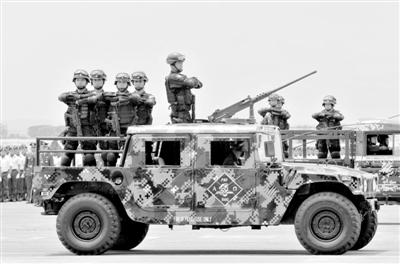 7月1日,菲律宾,空军人员站在倍受美军推崇的高机动性多用途轮式车辆(Humvee)轻型越野车上。
