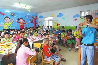 20名志愿者与五年级的36名学生分为六组,在学而思培优数学馆课程研发