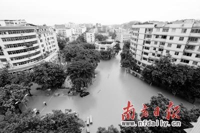 7月1日,重庆铜梁县街道被洪水淹没。 新华社发