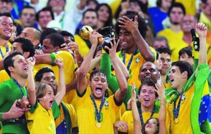 巴西队球员内马尔(中)高举冠军奖杯。 新华社记者 廖宇杰 摄
