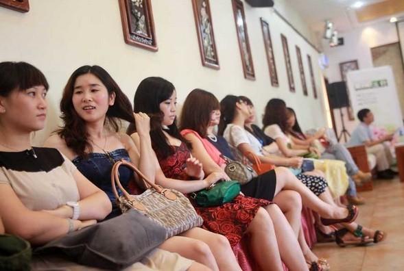 女性 单身俱乐部/近日,由中国企业家单身俱乐部主办的单身派对入会面试吸引了...