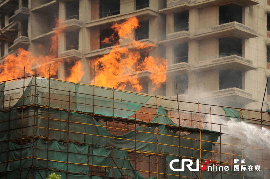 南京龙江郑和国际广场工地连发火灾(高清组图)