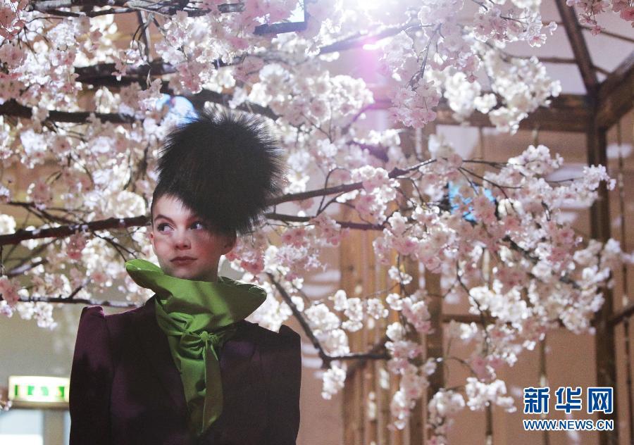 7月1日,模特在法国巴黎装饰艺术博物馆展示由法国服装设计师克里斯汀·拉克鲁瓦为意大利品牌夏帕瑞丽设计的服装。 新华社记者高静摄