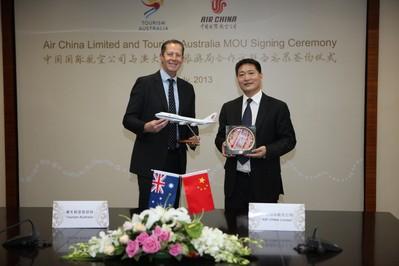 国航副总裁王明远和澳旅局行政总裁麦勤伟互换纪念品