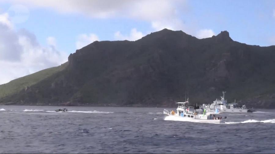 日本右翼船只与海保船绕钓鱼岛航行 -中国4艘海监船在钓鱼岛近岸驱离