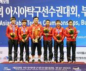图文:[亚锦赛]中国女乒夺冠 孔令辉带队捧杯