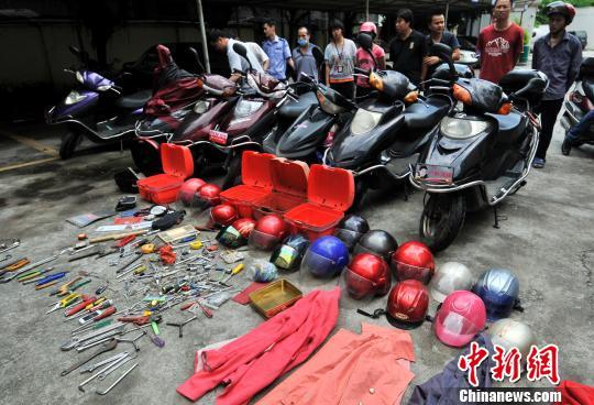 缴获被盗助力车、摩托车17辆,查扣涉案小汽车2辆。 杨波 摄