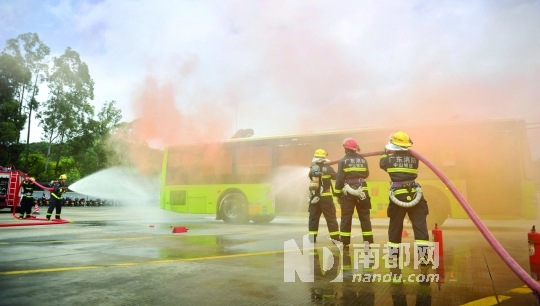 """车厢内""""火势""""很大,浓烟弥漫,乘客捂着嘴鼻逃生。"""