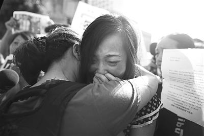 进入法庭前,唐慧抱着一个支持她的朋友,控制不住情绪哭了出来。新京报记者 侯少卿 摄