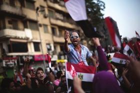 当地时间7月1日,埃及开罗,总统穆尔西的反对者发起大规模游行示威活动,要求总统穆尔西下台。图/IC