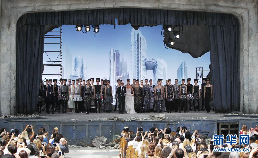 在巴黎时装周法国品牌香奈儿2013/2014秋冬高级定制新品发布会上,德国设计师卡尔·拉德菲尔德携众模特谢幕。