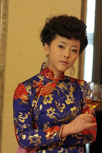 内地实力女星黄小蕾在剧中饰演一个八大胡同出来的宋雅娟,她摇曳生姿