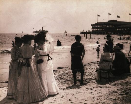 一群女人在纽约康尼岛避暑