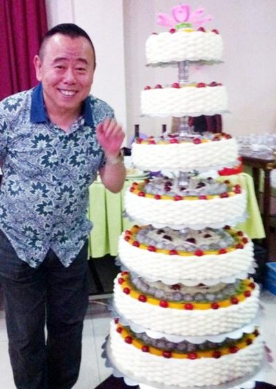 潘长江/潘长江近日与剧组全体演职人员在一起过了一个生日party。