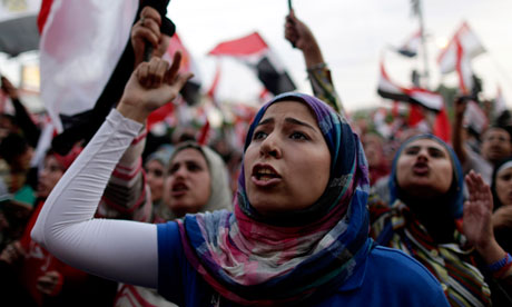 示威者们在埃及总统府外呼喊口号,与此同时,埃及军方下达48小时通牒,准备进行干预。