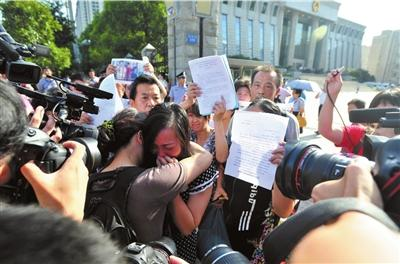 唐慧与关注此案的一名女士抱在一起失声痛哭。京华时报记者陶冉摄/视频