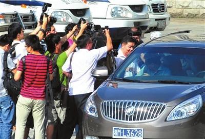 永州副市长蒋建湘庭审后(正在上车)被媒体堵截采访。京华时报记者陶冉摄
