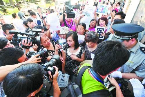 """2013年7月2日,长沙,""""上访妈妈""""唐慧诉永州市劳教委劳动教养行政赔偿一案在湖南省高院二审开庭,引来很多媒体关注。"""