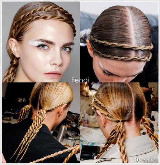 1、将头发在脑后按照2:1比例划分为两部分,将比例为2的上半部分用发夹暂时固定。   2、把剩余头发分为两等分,依次编织成麻花辫。   3、松开发夹,将上半部分头发自然放下并从中央分成两等分,挽至耳后。   4、将之前编好的两股麻花辫从头顶往上缠绕,左边发辫从左向右缠绕至耳后,并用发夹固定;右边发辫则按照由右向左进行固定。   5、固定完成后,将两股发辫的发梢部分隐藏至辫子下方,即可完成。来源OnlyLady女人志网站)