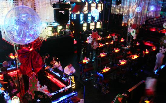 夜幕降临后,东莞一酒吧内亮起暧昧的灯光 羊城晚报记者 王俊伟 摄