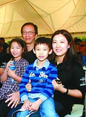 百仁基金现任主席施荣忻,老婆是落选港姐叫郑慧琦,女方很讨老爷奶奶喜欢。