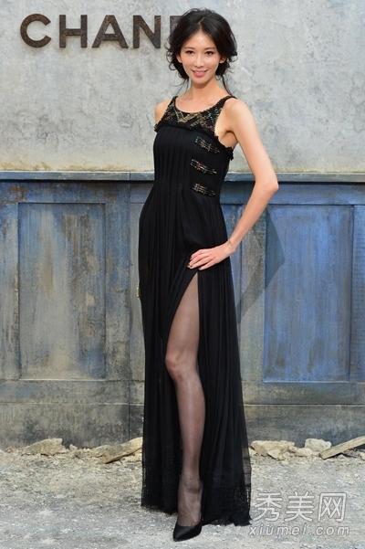 台湾第一名模林志玲作为宅男女神,穿着黑色背心开叉长裙,优雅高贵。大秀美腿,任人拍照。林志玲的身材十分完美身材,比例很好,所以基本上只要选对风格,很轻松自如的就能展现自身的魅力。