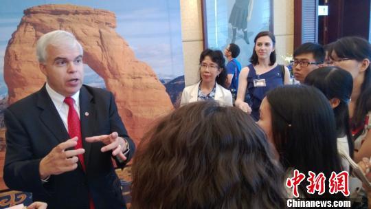 何孟德正在就如何推广美国旅游业回答记者提问。 徐杨�t 摄