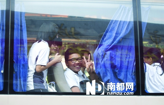 东莞南城中学的外校考生,在考试结束后打出胜利手势。今年中考,终于进入录取阶段。南都记者 陈奕启 摄