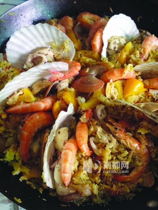 西班牙海鲜饭看着很诱人。